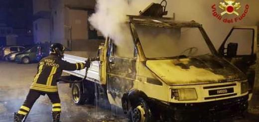 In fiamme due auto e un furgone nel crotonese